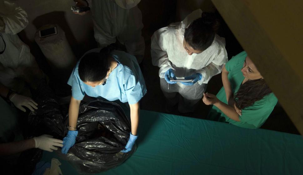 Una foto proporcionada por el Vaticano muestra a los expertos con los huesos encontrados en la búsqueda de Emanuela Orlandi. /EFE