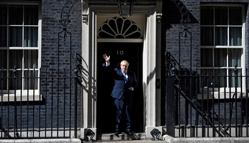 El primer ministro británico, Boris Johnson, saluda al entrar en 10 Downing Street tras su nombramiento por la reina en Londres. /EFE