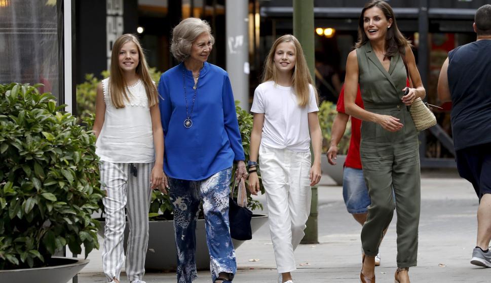 La reina Letizia junto a sus hijas, la princesa Leonor (2d), la infanta Sofía (i) y la reina Sofía a la salida de un céntrico cine de Palma, al que acudieron a ver la película 'El Rey León'. EFE/ Ballesteros