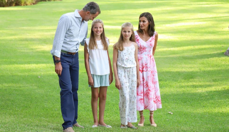 El Rey Felipe, feliz con su mujer la Reina Letizia y sus hijas en Palma de Mallorca. /Raúl Terrel/Europa Press