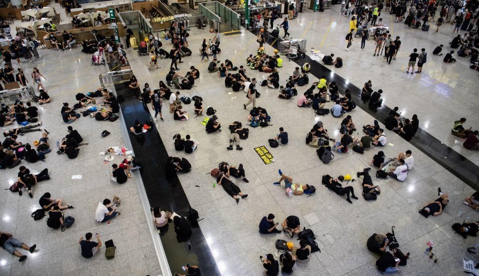 Los manifestantes ocupan el aeropuerto internacional Chek Lap Kok de Hong Kong el 12 de agosto de 2019. /EFE/EPA/LAUREL CHOR