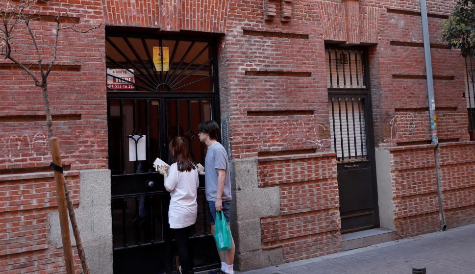 Fachada de la vivienda ubicada en el número 11 de la calle Tenerife, en el distrito de Tetuán de Madrid, donde fue hallada la víctima. /EFE/ Chema Moya