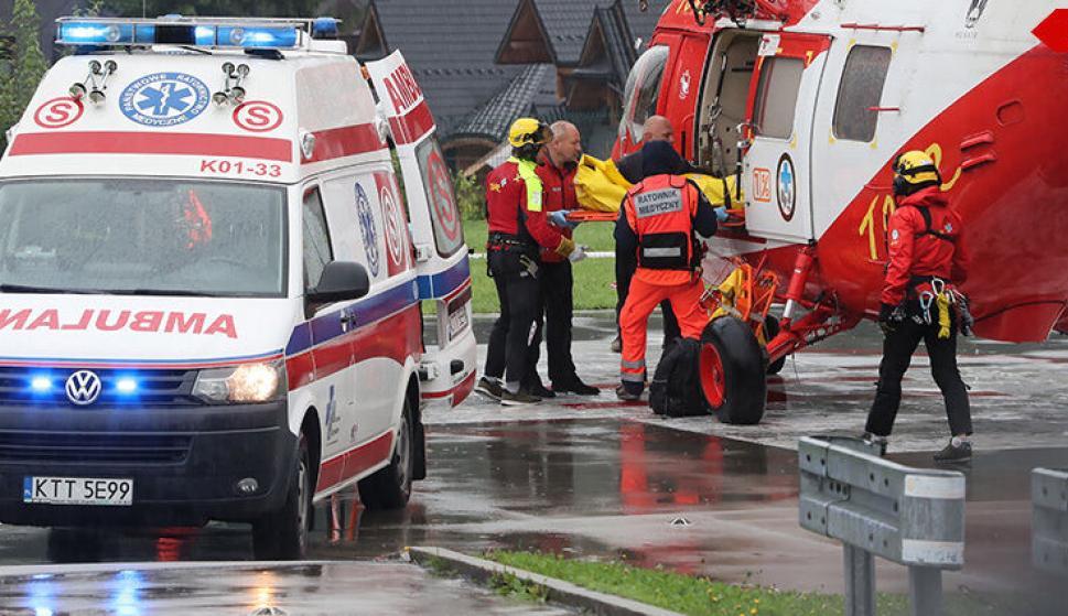 Los rescatistas trasladan a uno de los heridos por el rayo. /Tvn24.pl