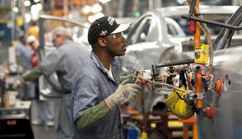 Un obrero en una fabrica de vehículos estadounidense. /EFE
