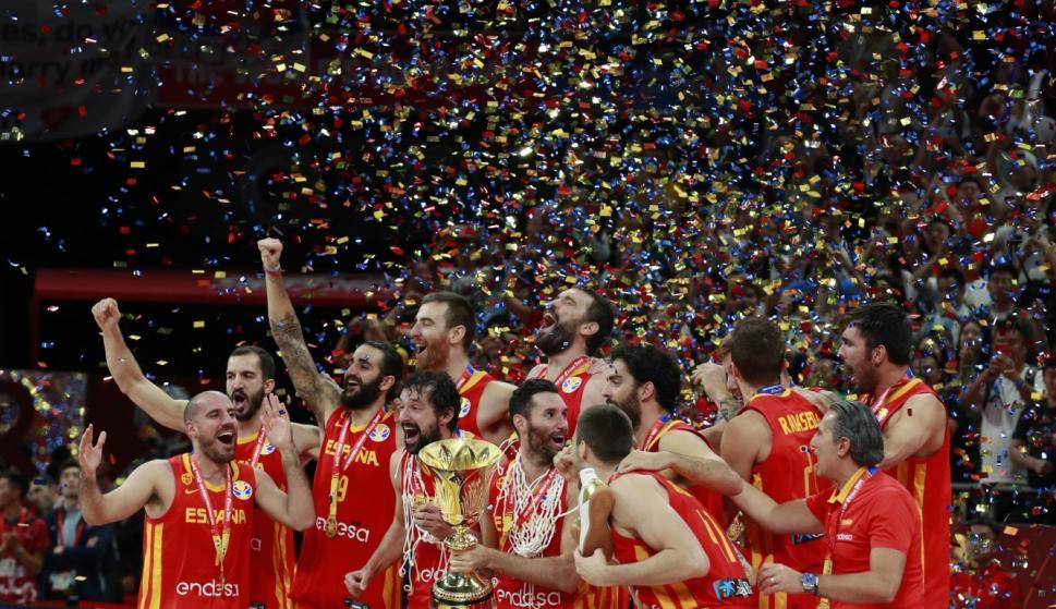 España levanta la copa de campeón del mundo. / EFE