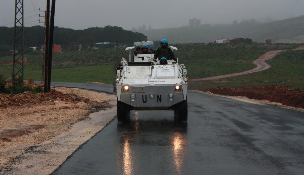 Soldados españoles patrullan a pie y en vehículo por el sur de Líbano para evitar los enfrentamientos entre israelíes e hizbullá. /Foto: MDE