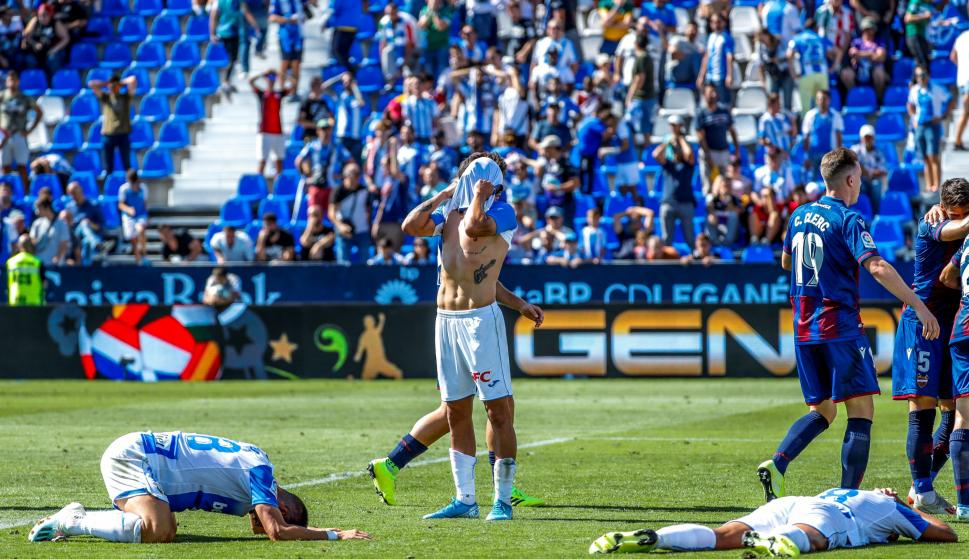 Los jugadores del Leganés se lamentan tras una ocasión fallida en el último minuto de juego. /EFE
