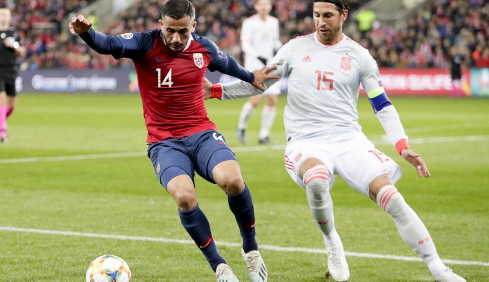 El noruego Omar Eladbellaoui lucha por el balón contra Sergio Ramos. /EFE/EPA/TORE MEEK