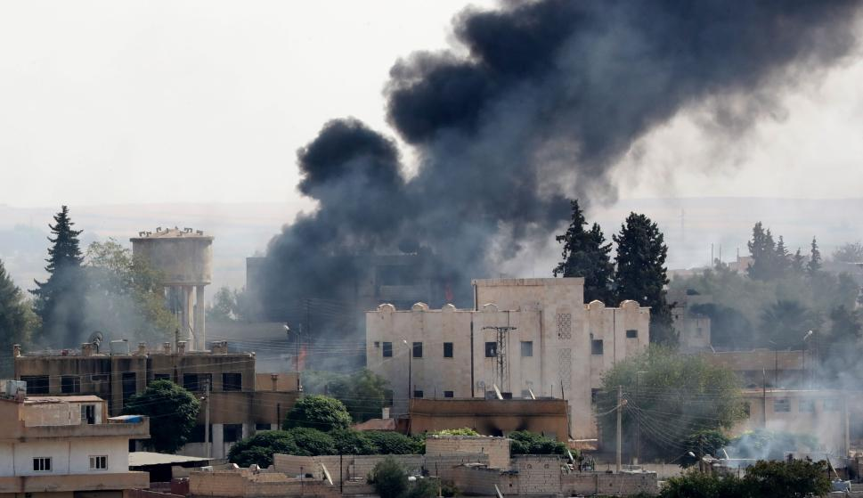 Una imagen tomada desde territorio turco muestra humo saliendo de objetivos dentro de Siria durante el bombardeo de las fuerzas turcas en la ciudad de Ras al-Ein. /EFE/EPA/ERDEM SAHIN