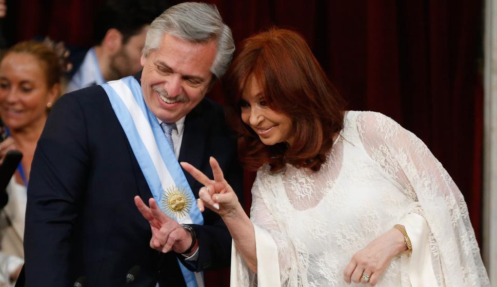 El nuevo presidente de Argentina, Alberto Fernández (i), y la nueva vicepresidenta, Cristina Fernández, durante la ceremonia de asunción en Buenos Aires. /EFE