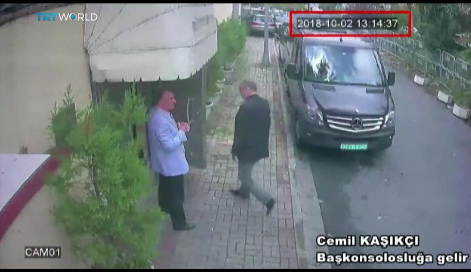 Fotografía de un vídeo de un circuito cerrado de televisión que muestra al periodista desaparecido Jamal Khashoggi (d) en el exterior del consulado saudí en Estambul (EFE/ Sabah)