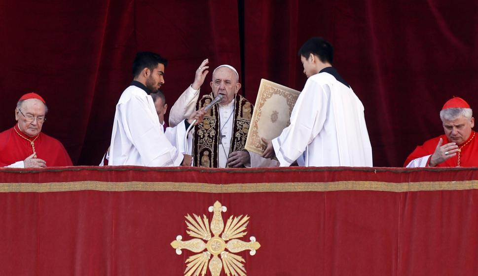 Francisco imparte la bendición 'Urbi et Orbi' desde el balcón central de la Basílica de San Pedro, en el Vaticano. /EFE