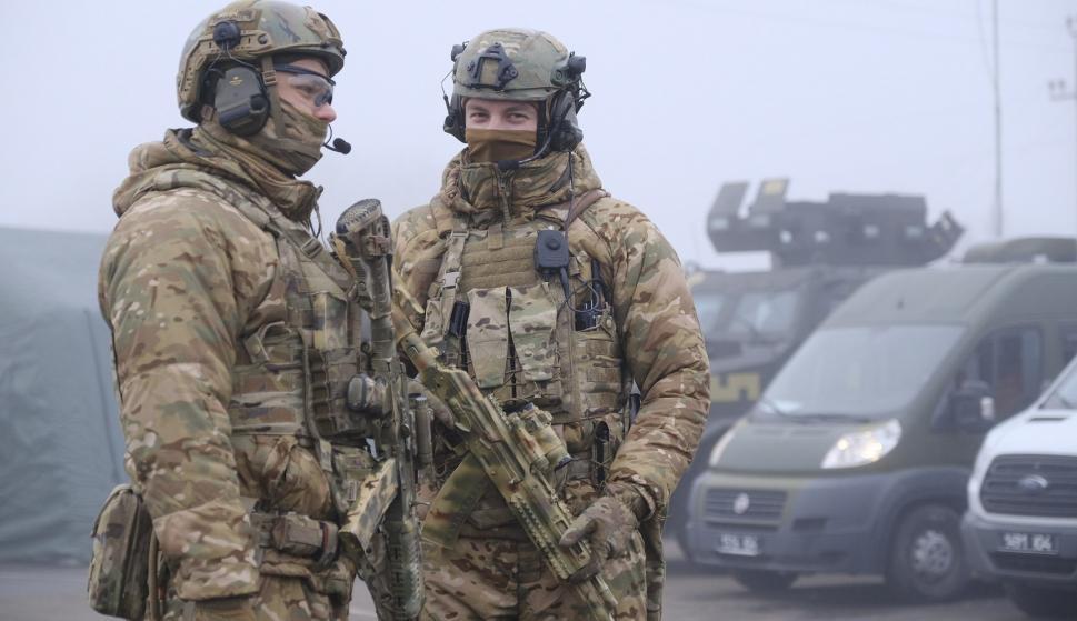 Militares ucranianos vigilan antes del intercambio de prisioneros no lejos del puesto de control de Maiorske. /EFE/EPA/YEVGEN HONCHARENKO