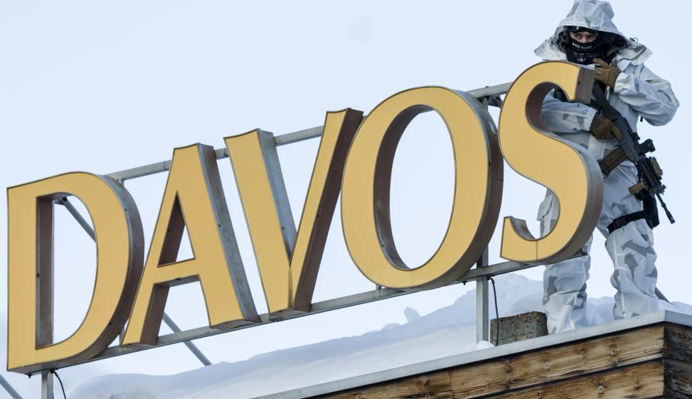 Un agente de policía vigila desde un tejado el Foro Económico de Davos, en Suiza. /EFE