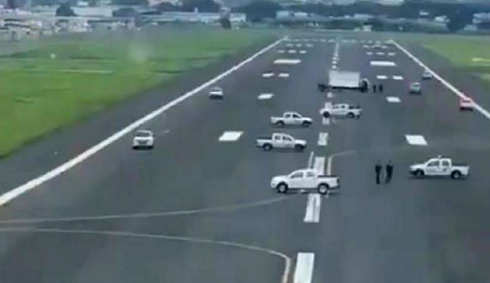 Vehículos municipales bloquearon la pista del aeropuerto de Guayaquil. /EFE