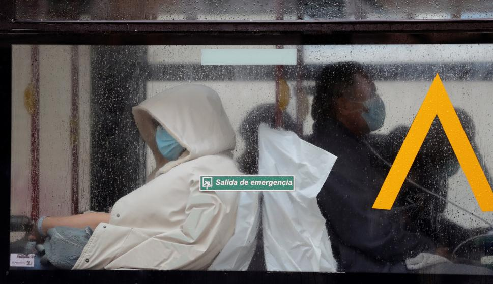 Un autobús del servicio de la UME que traslada pacientes llega al Hospital Gregorio Marañón mientras el Ejército ultima la instalación del hospital de campaña cerca del centro sanitario. /EFE/JuanJo Martín