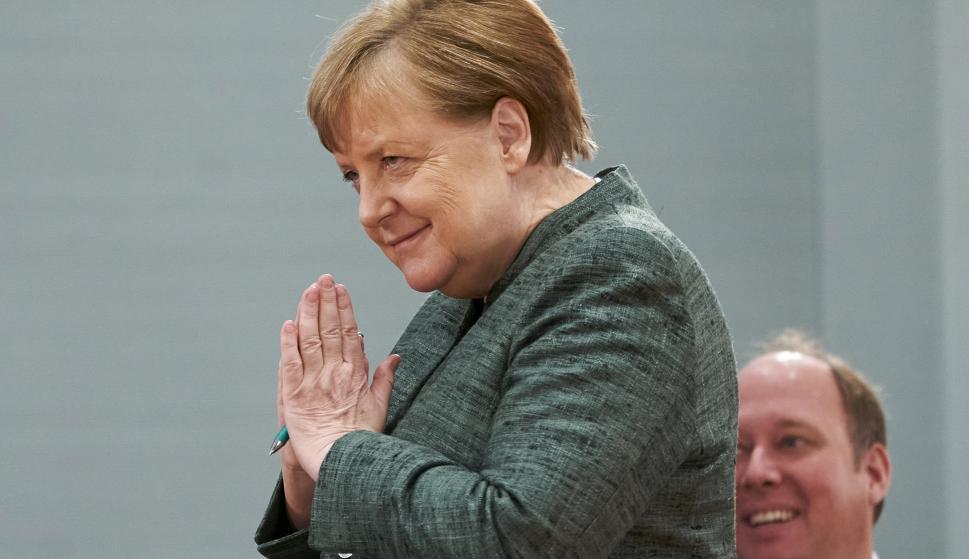 La canciller alemana, Angela Merkel, saluda durante la reunión semanal del gabinete del Gobierno alemán en Berlín. /EFE