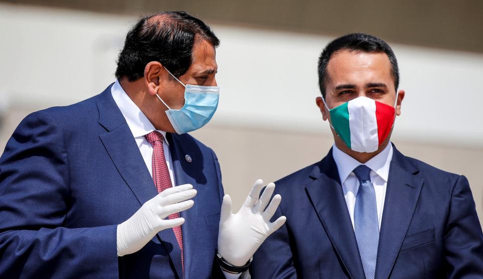 El Ministro de Asuntos Exteriores italiano, Luigi Di Maio, con una máscarilla, da la bienvenida al Embajador de Qatar. /EFE
