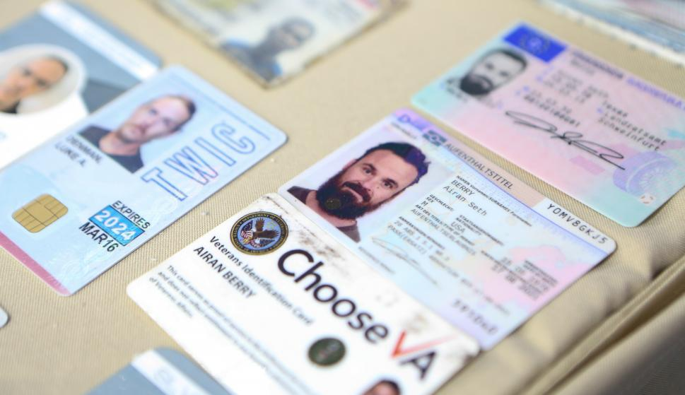 Fotografía cedida por el Palacio de Miraflores donde se observa documentos de ciudadanos extranjeros incautados y que fueron presentados por el presidente venezolano Nicolás Maduro. /EFE