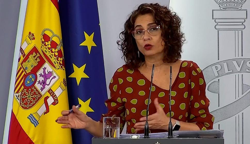 Captura de la señal institucional del Palacio de la Moncloa que muestra a la ministra de Hacienda, María Jesús Montero durante la rueda de prensa tras el Consejo de Ministros. /EFE
