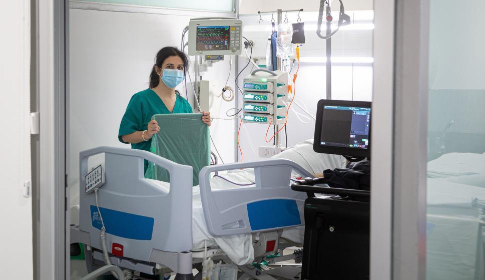 Personal sanitario en la unidad polivalente de críticos que ha puesto en marcha el Hospital San Pedro de Logroño con 15 camas. /EFE/Raquel Manzanares