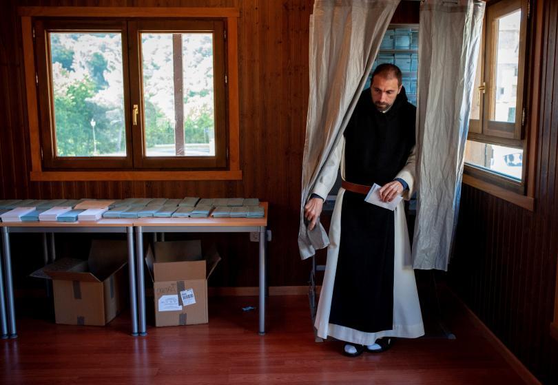 Un monje del Monasterio de Oseira tras escoger la papeleta en la mesa electoral situada en esta localidad de San Cristovo de Cea. EFE/Brais Lorenzo