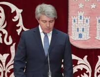 Ángel Garrido junto a los consejeros en la cámara regional./ CM