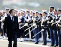 Emmanuel Macron pasa revista a la guardia de honor