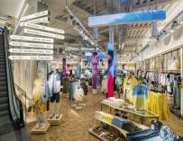 Imagen del interior de la tienda de Pull & Bear de Preciados (Madrid).