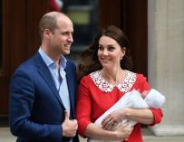 Duques de Cambridge con su nuevo bebé