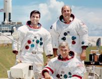 Los últimos astronautas que pisaron la Luna, Eugene A. Cernan,  Harrison H. Schmitt, y el piloto que les acompañaba en la misión Apolo 17, Ronald E. Evans / NASA