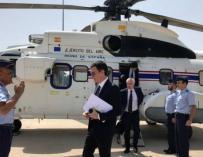 El presidente del Gobierno, Pedro Sánchez, delante del helicóptero presidencial | Foto: Moncloa