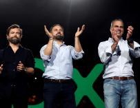 El líder de Vox, Santiago Abascal (c), junto a el secretario general del partido, Javier Ortega Smith (d), y el portavoz en el Congreso, Iván Espinosa (i)