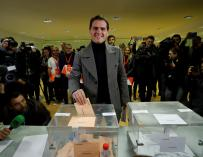 Albert Rivera vota. / EFE