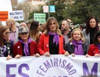 Begoña Gómez (c), esposa del presidente de España, Pedro Sánchez, junto a la vicepresidenta primera del Gobierno, Carmen Calvo (2i), la vicepresenta de Asuntos Económicos, Nadia Calviño (2d), y la ministra de Política Territorial y Función Pública, Caroli