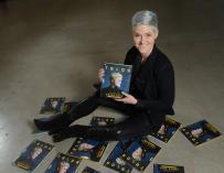 Amber Case posa junto al nuevo número de la revista 'Telos' en la que aparece en portada.