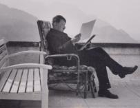 Hitler leyendo un documento en Berghof (C&T Auctions)