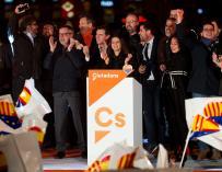 Miembros de Cs celebran en el escenario su victoria en la jornada electoral