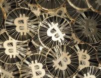 Piratas informáticos roban alrededor de 65 millones de dólares en Bitcoins