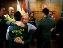 Agentes de la Guardia Civil se abrazan al término de la comparecencia del jefe de la UCO