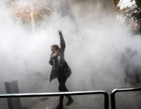 Estudiantes iraníes durante una protesta cerca de la Universidad de Teherán el 30 de diciembre pasado (EFE/STR)