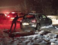 Fotografía facilitada por Sergio Marcos de la autopista AP-68, en sentido Logroño, a la altura del kilómetro 79, en sentido Zaragoza, en el término de Haro, que ha tenido que ser cortada al tráfico por el temporal de nieve que tiene atrapados a los conduc