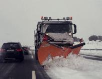 Imagen de una quitanieves en la A-6 durante el temporal de nieve.