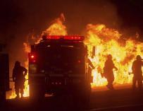 Bomberos luchan contra las llamas en California