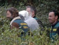 """José Enrique Abuín, conocido como """"el chicle"""", asesino confeso de Diana Quer, es trasladado por efectivo de la UCO desde la nave de Rianxo (EFE/Lavandeira jr.)"""