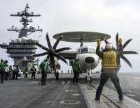 Un E-2C Hawkeye se prepara para el despegue desde el USS Carl Vinson (CVN 70) el 5 de enero de 2017