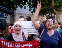 Cientos de tunecinos apoyan a la joven violada, acusada de atentar contra el pudor