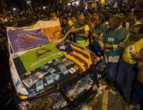 Vehículo de la Guardia Civil atacado en Barcelona.