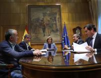 Fotografía Báñez en la reunión, con CEOE y sindicatos