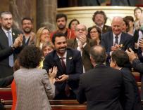 Roger Torrent recibe la felicitación de sus compañeros